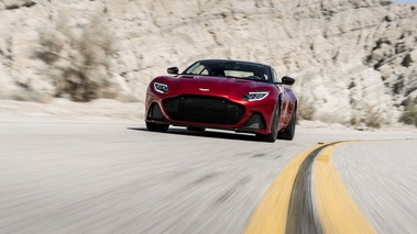 Aston Martin DBS Superleggera rouge/noir face avant travelling